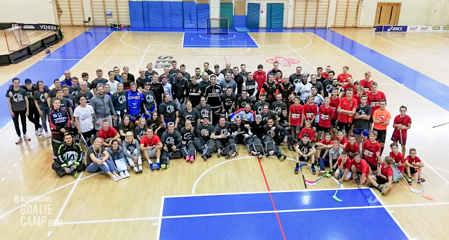 A floorball goalie is not alone