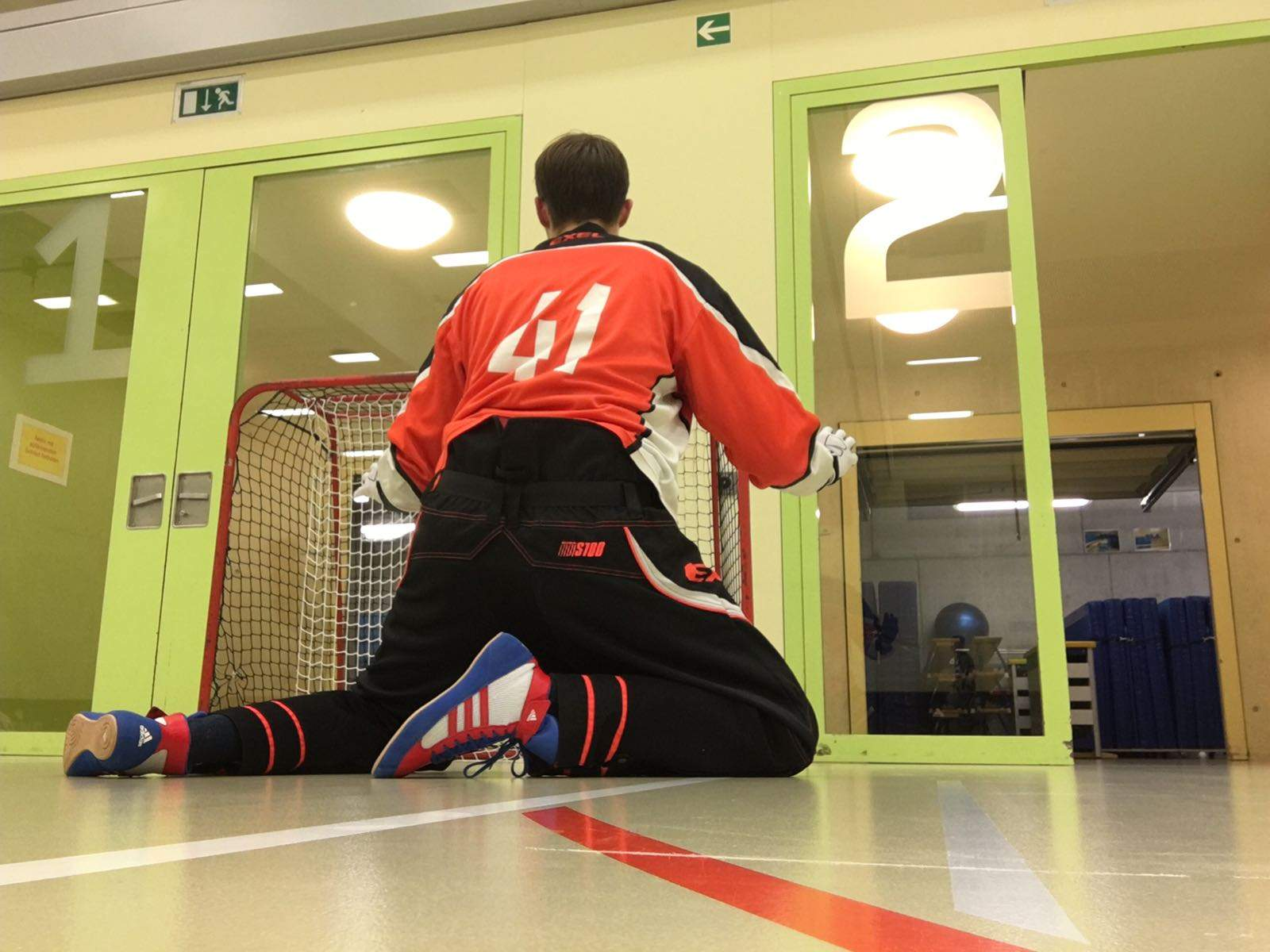 Floorball Goalie Closed Legs Back
